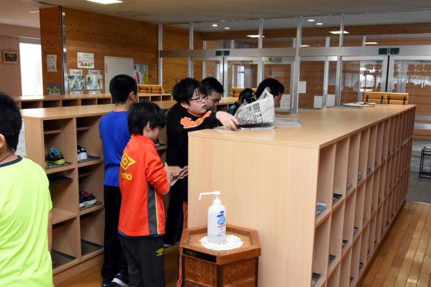 知小2019-年度末、下駄箱を掃除する5年生