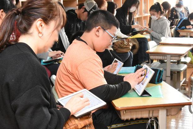 知小2019-高学年参観日 5年生のiPadを使った図工 保護者も一緒に体験