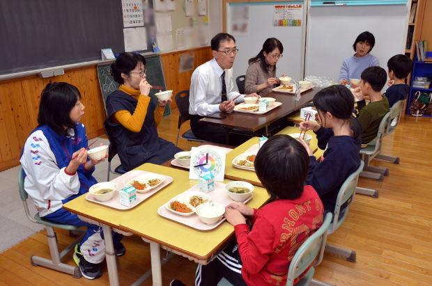 知小2018-すずこす組教育長と一緒に給食