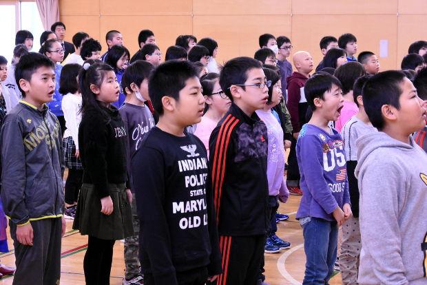 知小2019-3学期始業式 校歌を元気よく歌う子供たち