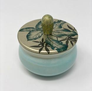 22/ Boite en porcelaine céladon de Coralie Huckel et couvercle en bois laqué NRH.