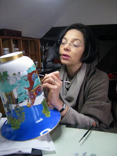 A l'atelier, réalisation de l'un des douze vases Cheval d'Orient peint main.