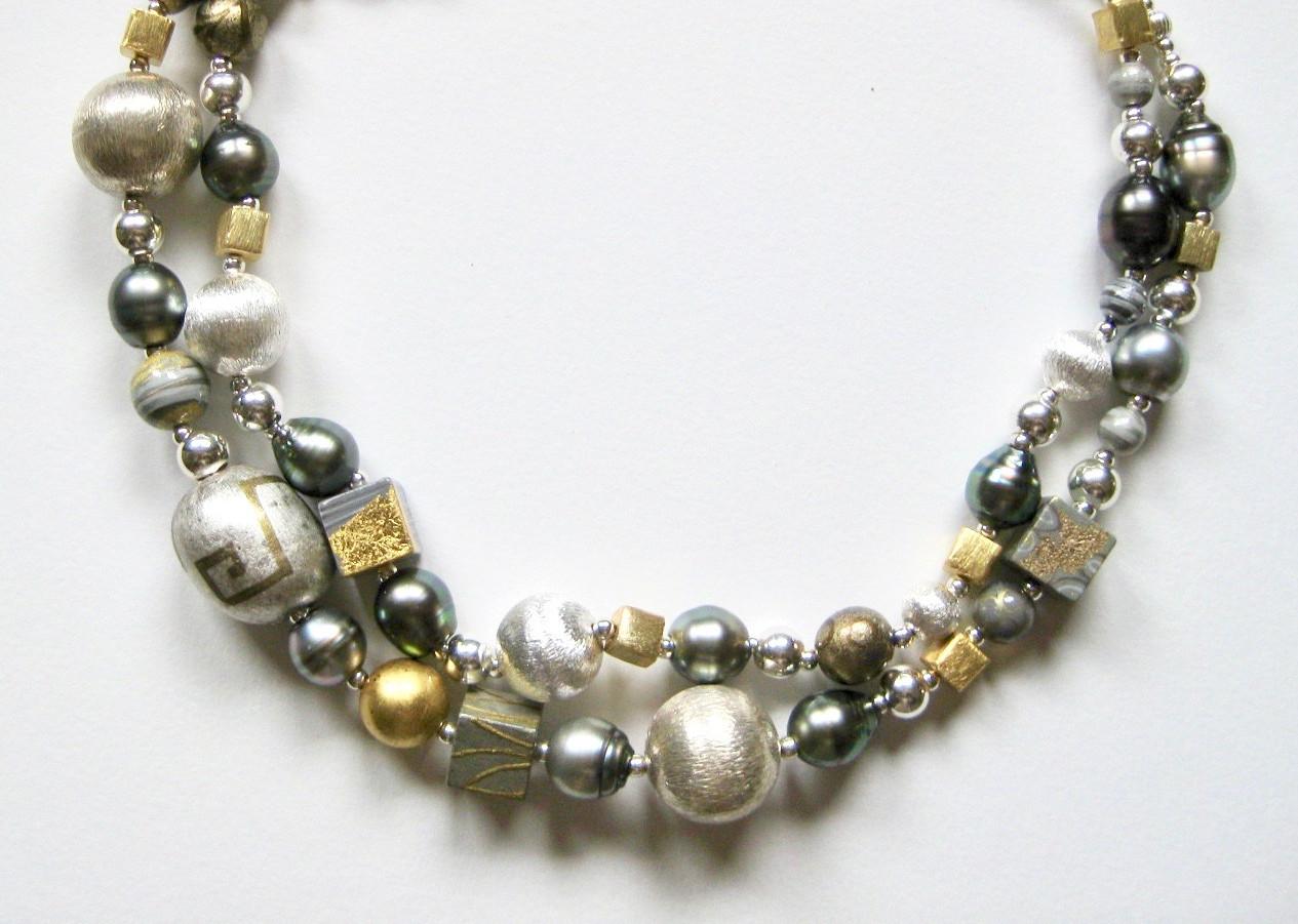 Collier . Perles de bois laqué, perles d'eau douce, argent et vermeil.