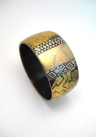 Bracelet bois laqué et or.