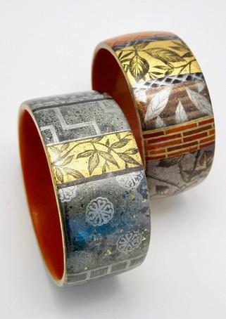Bracelets en bois laqué.