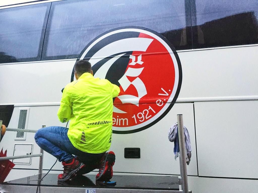 Anbringen der Logos