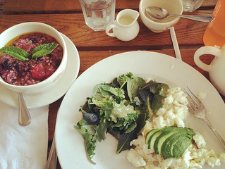 WHAT I'M EATING: Egg Whites, Avocado, & Steel Oats with Berries Breakfast