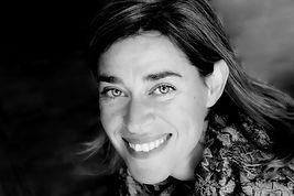 Portrait noir et blanc de Solvei Sanguin de Livry souriante.