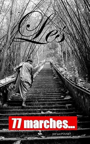 Photo noir et blanc de la couverture du livre les 77 marches... avec un moine de dos qui monte des marches.