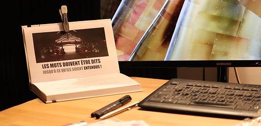 Photo d'un bureau avec dessus posé en chevalet le livre des 31 reprogrammations magiques.