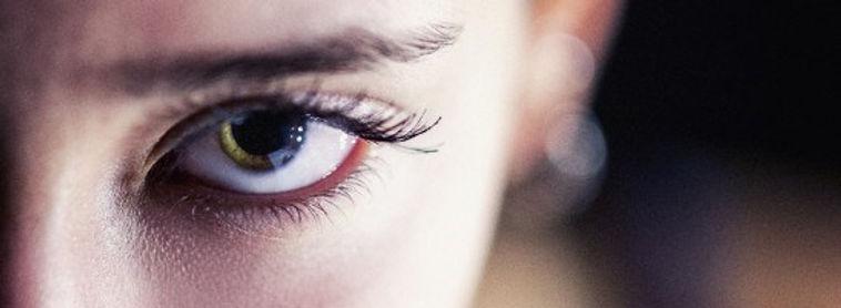 photo couleur d'un regard perçant d'un oeil d'une femme en couleur.