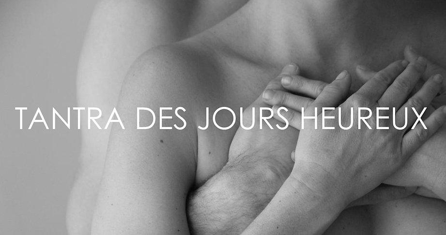 Photo en noir et blanc : une femme appuie sondos sur le buste d'un homme nu et les mais de couple vienne se rejoindre sur la poitrine de la femme.