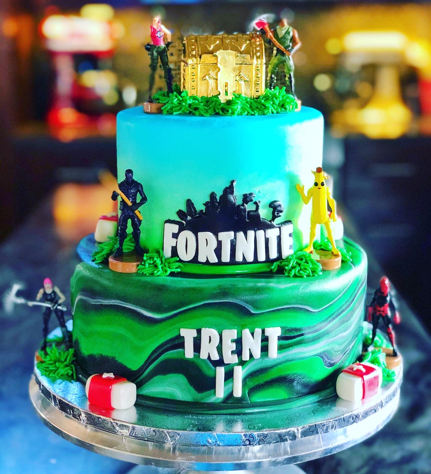LARGE FORTNITE CAKE