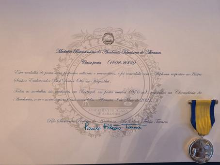 Dr. Otto F. von Feigenblatt receives the Silver Medal of the Academia Tubuciana de Abrantes