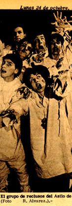 """Foto del grupo de actores que interpretaron a los reclusos del asilo de Charenton, tomada de """"El Espacio"""" (Bogotá), 24 de octubre de 1966, p. 5. Fernando González aparece a mano derecha, al final."""