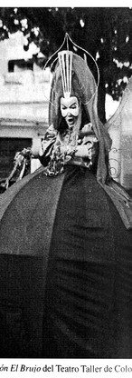 """Foto de la representación del Teatro Taller de Colombia de """"Popón, el brujo"""". Tomada del libro """"Teatro popular y callejero"""" (1997), p. 119."""