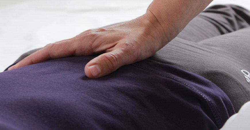 Hand im Hara auf dem Bauch, Shiatsubehandlung, Zürich, Dana Martelli, Schaffhauserplatz