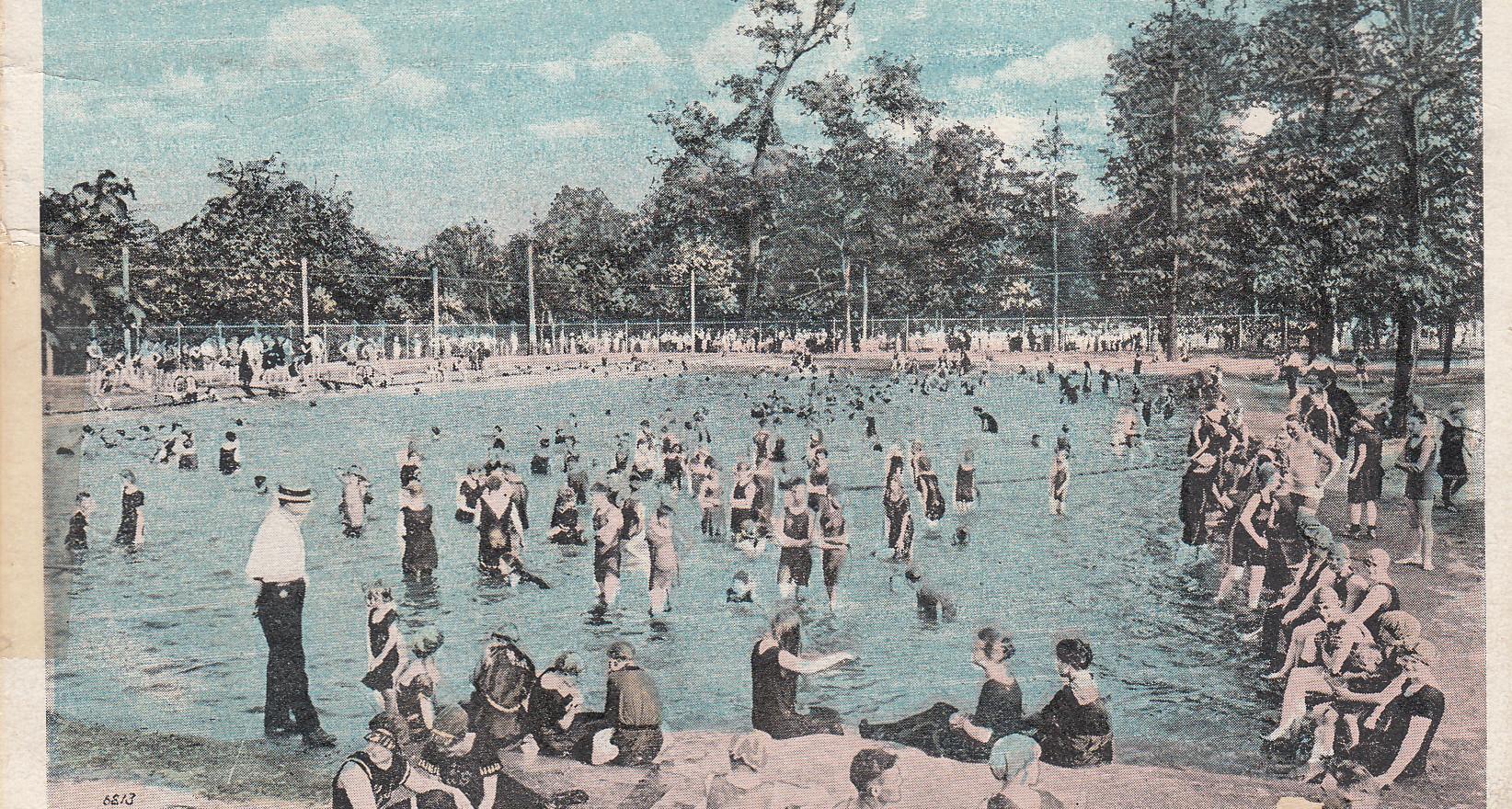 Swimming pool in Garfield Park 1921.jpg