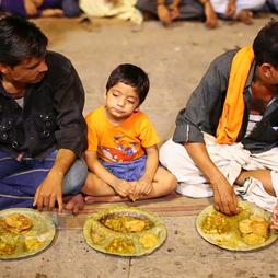 varanasi-india-may-2013-people-eating-fr