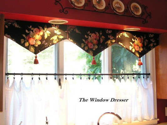 Triangel valnce with cafe sheer curtain