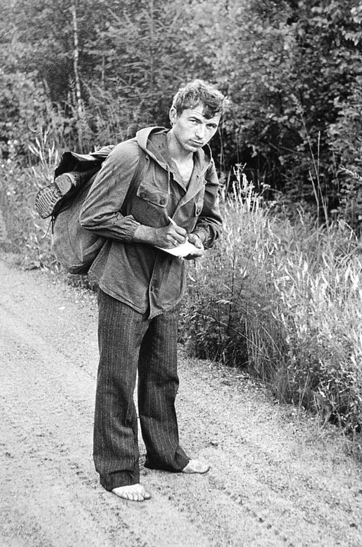 Я, Вадзім Сідаровіч, нешта занатоўваю на дарозе з Яцкава ў бок гасьцінца Івянец-Бакшты, Налібоцкая пушча, 1983.