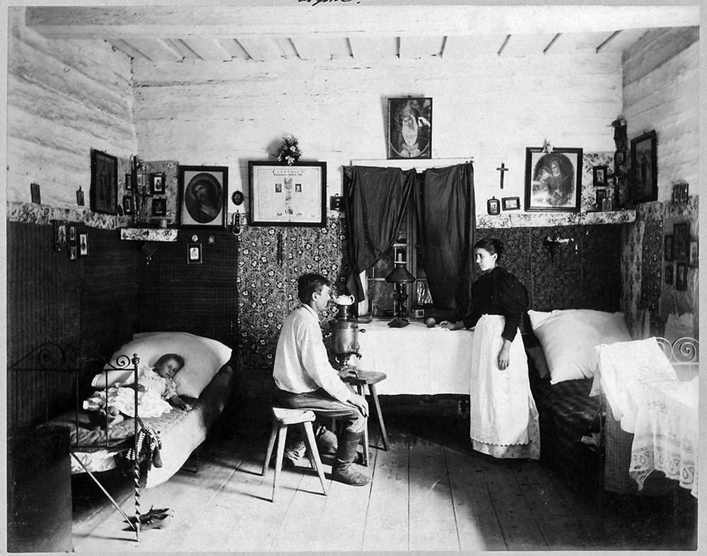 Хата і радзіна вартаўніка і распарадчыка Вялае на час адсутнасьці Тышкевічаў,  1890-я гады.  Фота Бенядыкта Генрыха Тышкевіча, дадзенае дзеля друку Музэем Нісефора Ньепса, Францыя.