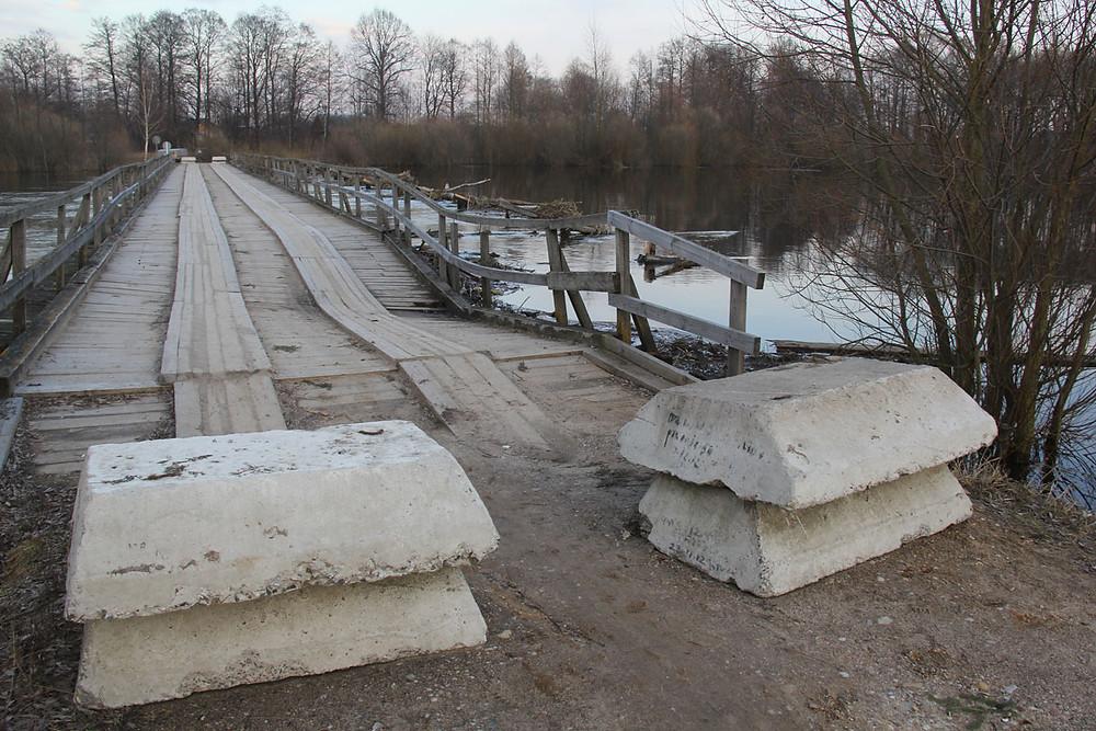 Драўняны мост у Панямоні, які пачаў разбурацца, 2016 год.