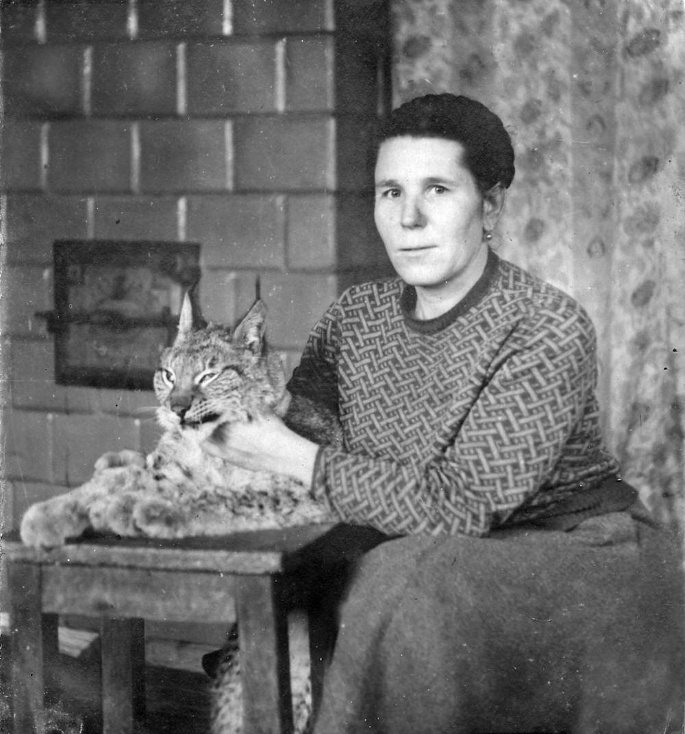 Ганна Грыгарцэвіч з прыручаным партусам у сваёй хаце на хутары Устрынь-Баркі ля Кромані, 1969.