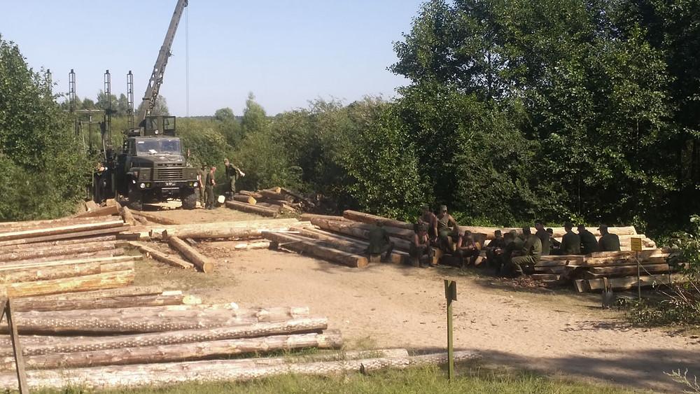 Будаўніцтва новага драўнянага мосту ў Дзялятычах вайскоўцамі.