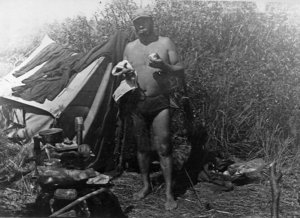 Мой бацька Яўген Сідоровіч з намётам на Кромані, Налібоцкая пушча, 1969.