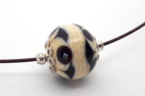 Tour de cou une perle beige et noir en verre filé