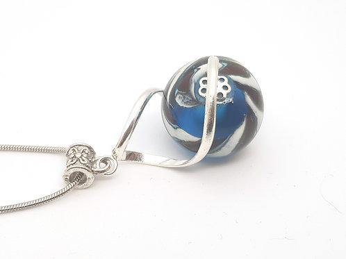"""Pendentif """"L'enlacée"""" perle marron beige et bleue dans torsade en métal"""