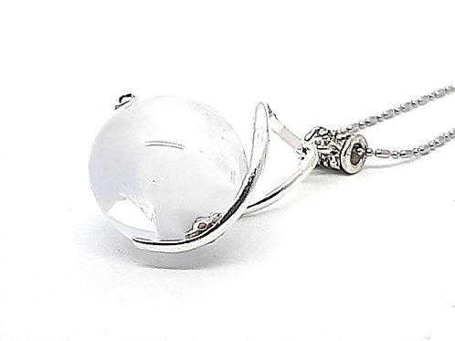 """Pendentif """"L'enlacée"""" perle en verre de Murano blanc dans torsade en métal"""