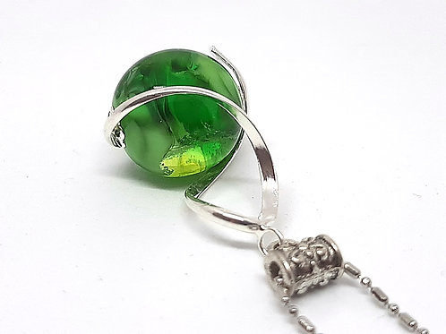 """Pendentif """"L'enlacée"""" perle verte en verre de Murano avec torsade"""