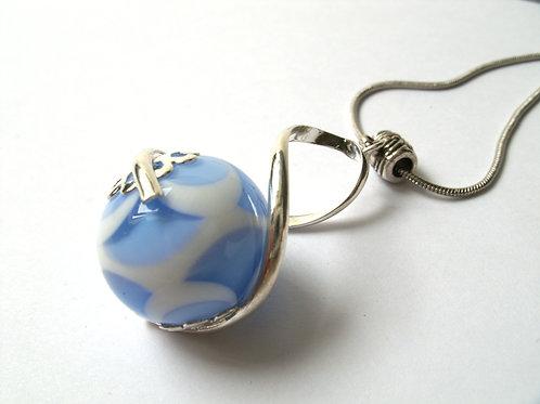 """Pendentif """"L'enlacée"""" perle blanche et bleue avec torsade métallique"""