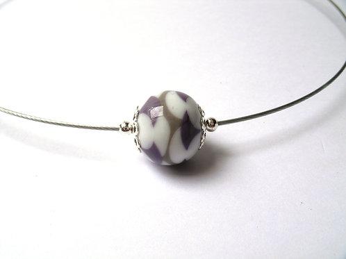 Tour de cou une perle blanche, grise et violet