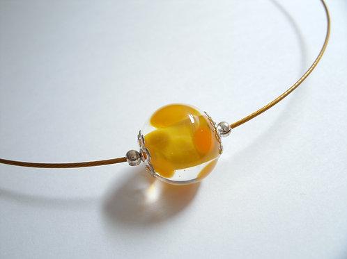 Tour de cou une perle jaune et transparent