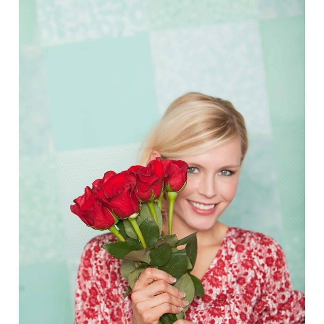 🌹I love red roses 📸 by Becca Sabbot #redroses #rose #francescas  #minnesota #capture #tiffanyblue