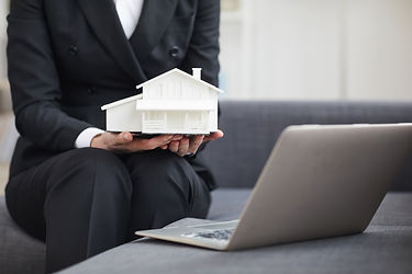 real-estate-agent-working-online-H6BHFGS