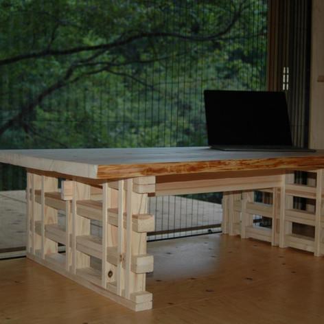 左手窓から檜テーブル