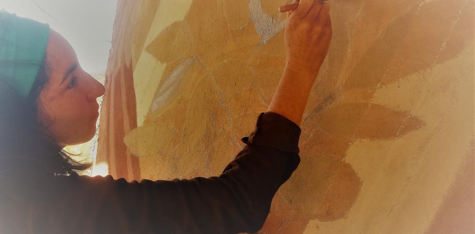 mujer pintando.jpg
