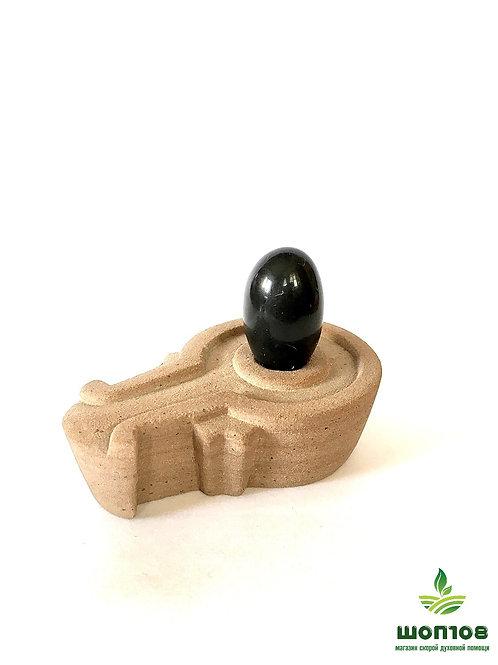 Шивалингам чёрный с каменной питхой