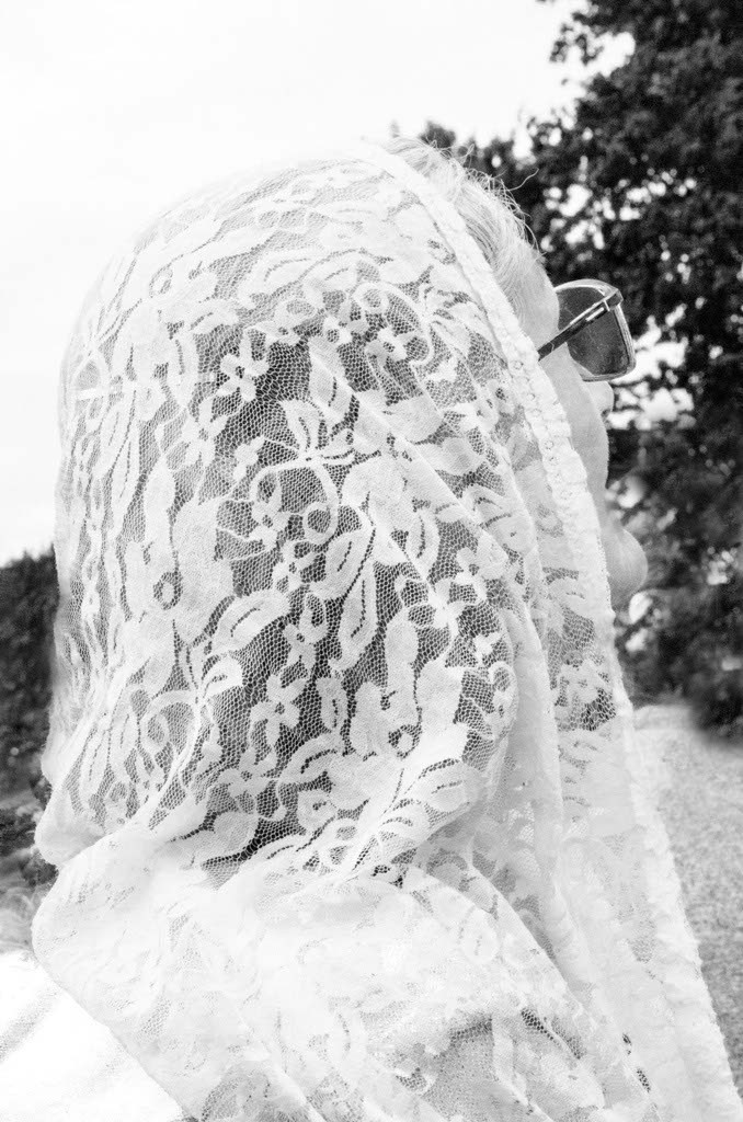 Rosalba attends the Pope's speech dressed in a white veil, which is a mandatory garment to wear on special occasions according to the cult to which she belongs.