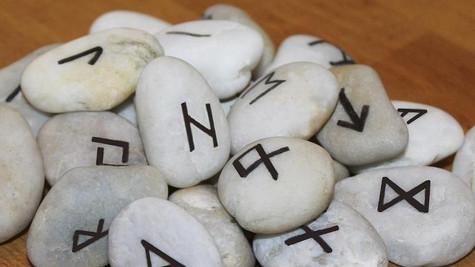 Conferência sobre runas leva místicos, bruxas e magos à cidade paulista