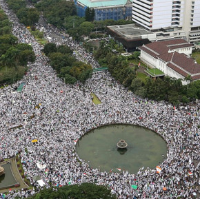 Protests against Jakarta Governor accused of insulting the Quran continue