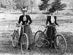 donna-vittoriana-in-bici.jpg