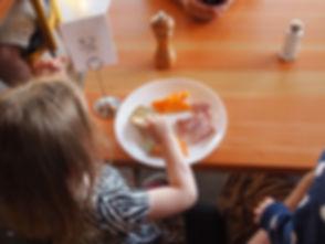 child-eating-881200.jpg