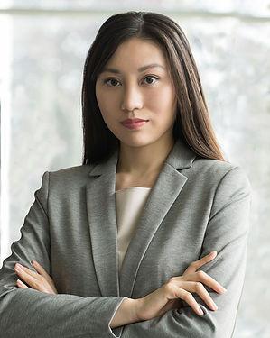 Mulher no terno cinzento