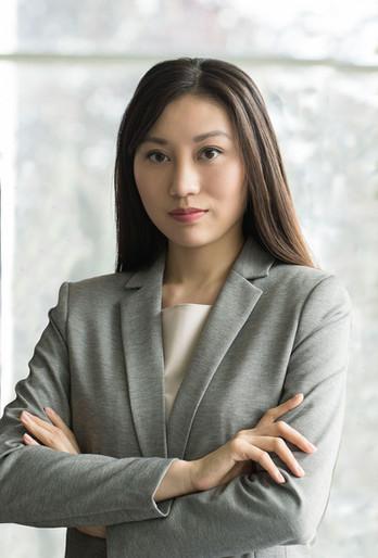 Femme en costume gris
