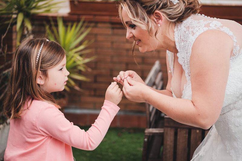 Hija dándole los pendientes a su madre durante los preparativos de la novia.
